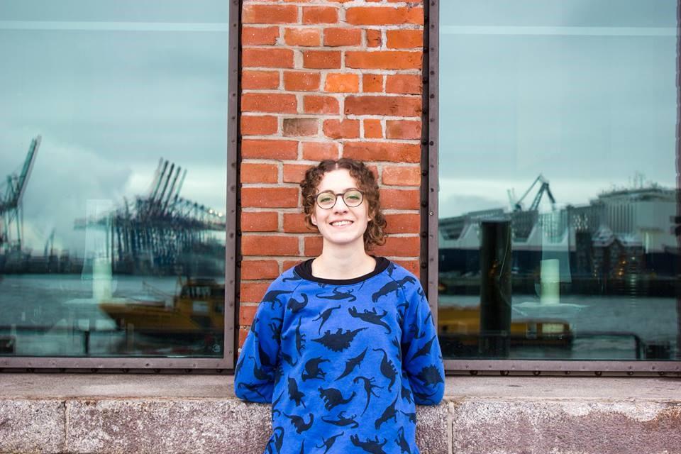 Open Air Poetry Slam in München. Das Bild zeigt Lucia Lucia am Hamburger Hafen