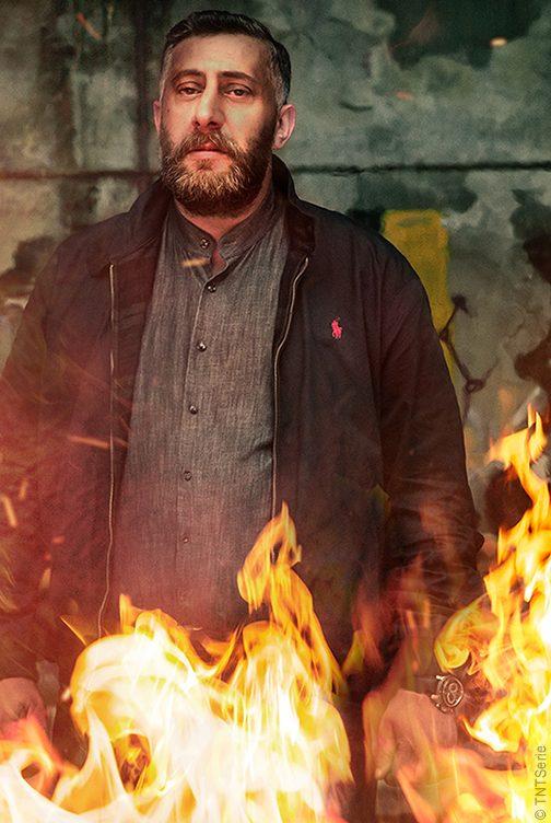 Tony Hamady, arabischer Clanchef, posiert souverän vor Flammen