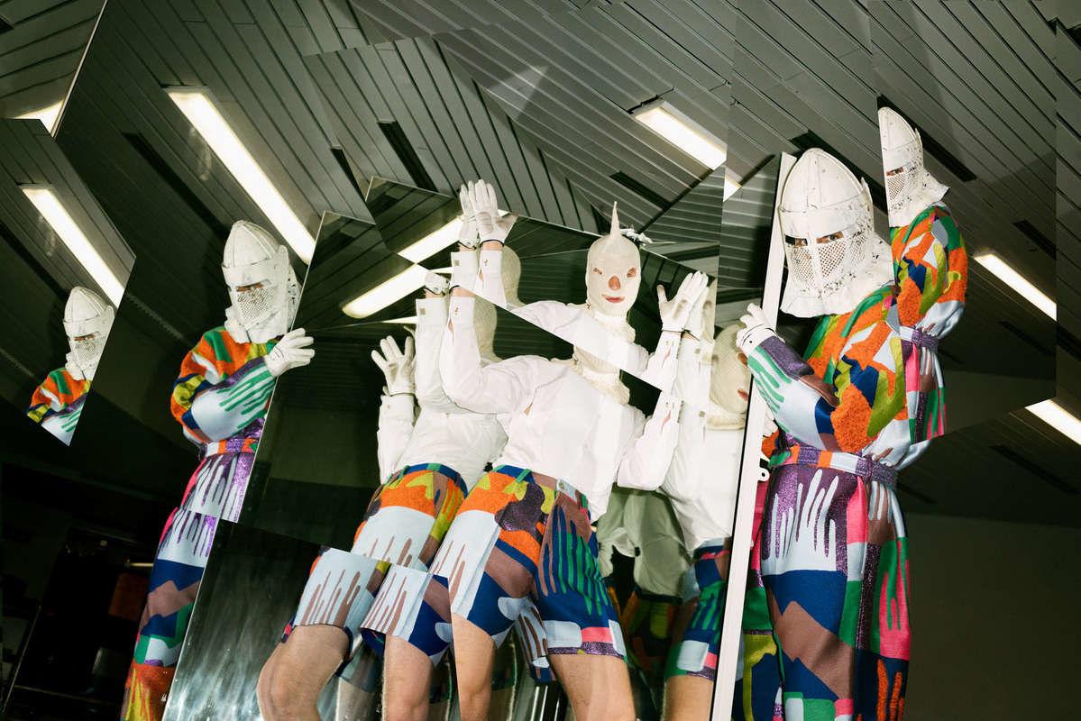 Die Band Deichkind posieren in gewohnt schrägen Kostüm