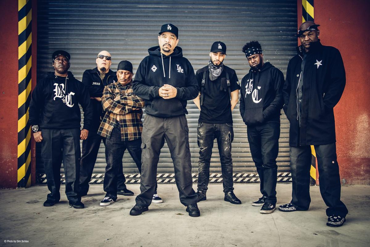 Body Count feat. Ice T - Sieben Musiker vor einem Rolltor