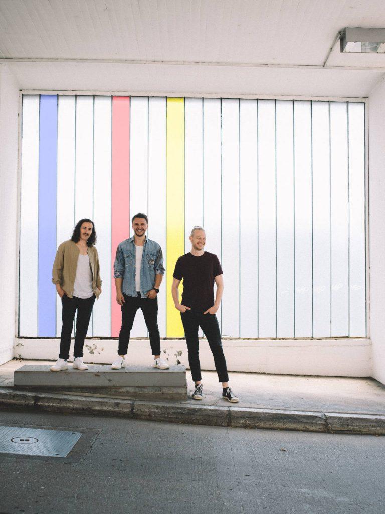 Die Austro-Pop Band folkshilfe stehen lässig in einem Parkhaus
