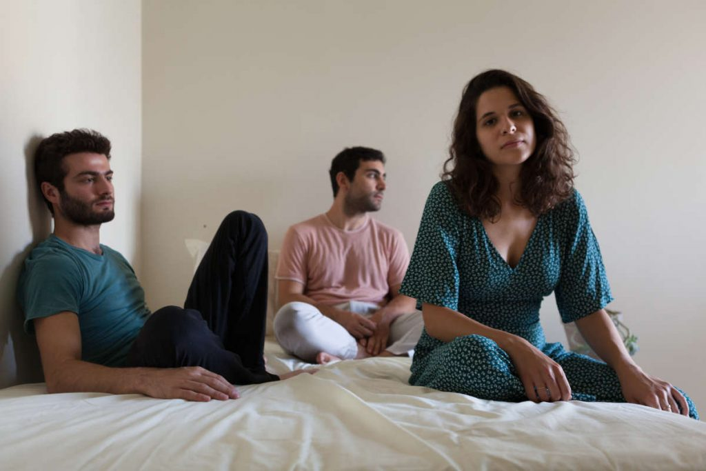 Die libanesische Band Postcards liegen verträumt auf einem Bett