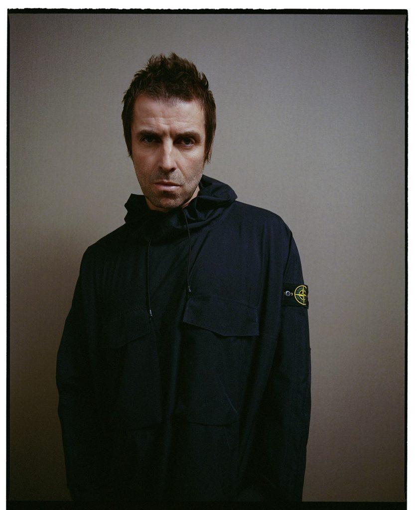 """Liam Gallagher, ehemaliges """"Oasis""""-Mitglied steht in einer für Hooligans typischen """"Stone Island"""" Jacke Modell"""