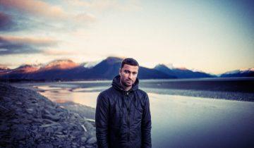 Rapper Marteria in der Abenddämmerung an einem Bergsee
