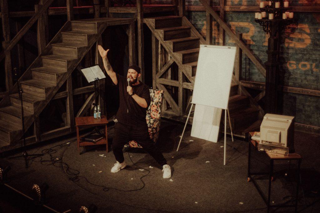 Der Rapper und Podcaster Rockstah während einer seiner Comedy Shows auf der Bühne. Bei kulturIMBLOG könnt ihr jetzt Tickets für den München-Termin gewinnen