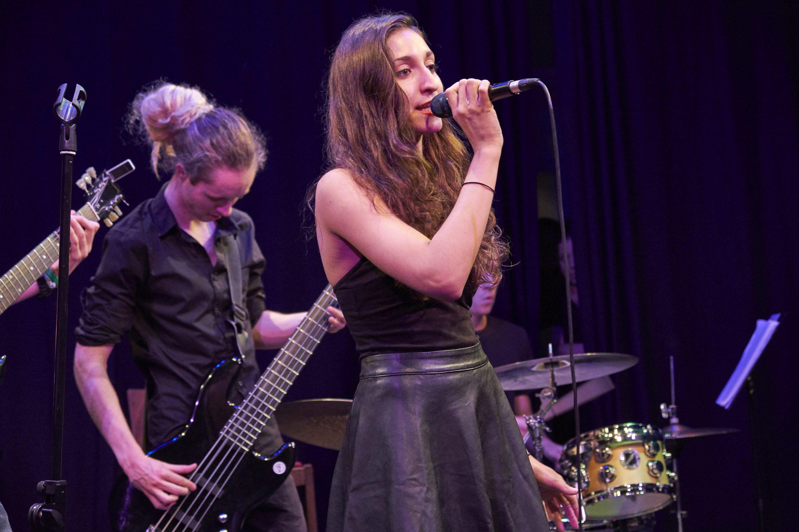 """am 19. März schließt die staatlich anerkannte Berufsfachschule für Musik ihr dreiwöchiges Erasmus+ Lernmodul """"Rock & Pop Classics"""" mit dem Konzert """"Do it again"""" im Cord Club ab."""