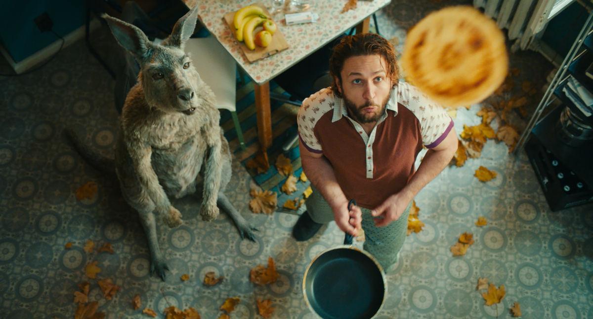 Das kommunistische Känguru und der Kleinkünstler Marc-Uwe in ihrer Wohnung beim Pfannkuchen backen.