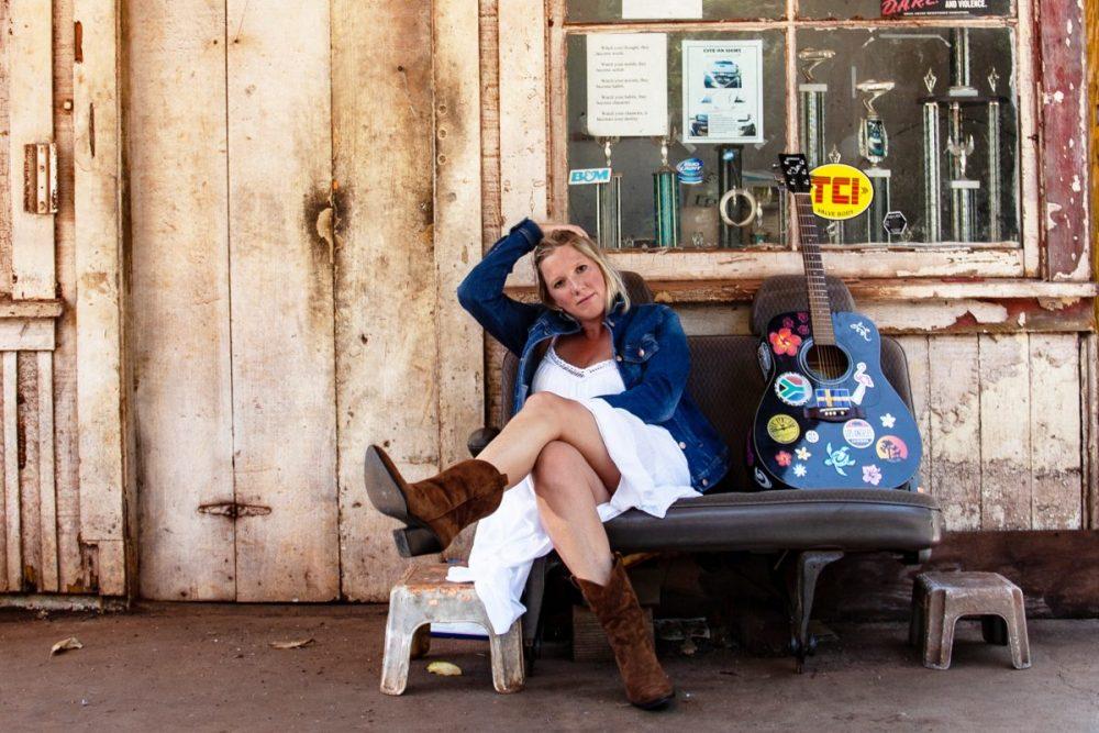 """Mit ihrem zehnten Studioalbum """"Auf die Freiheit"""" feiert Claudia Koreck den Spaß an der musikalischen Vielseitigkeit, zeigt sich so experimentierfreudig wie noch nie und präsentiert am 7. August 2020 ein so buntes wie wildes und spannendes Album mit elf Songs."""