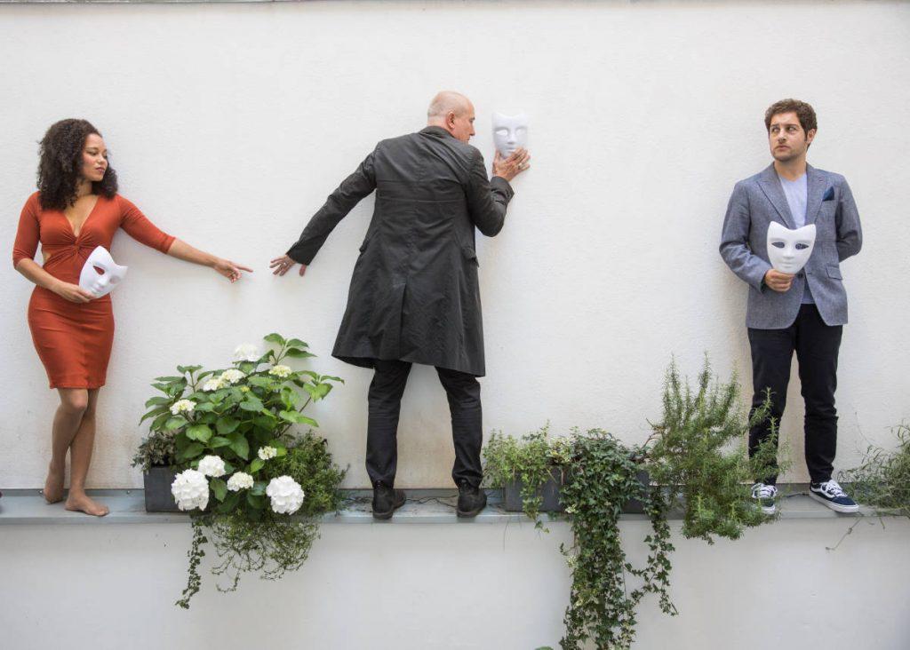 Jedermann-Mini-Open-Air: Die Darsteller stehen an einer weißen Wand.