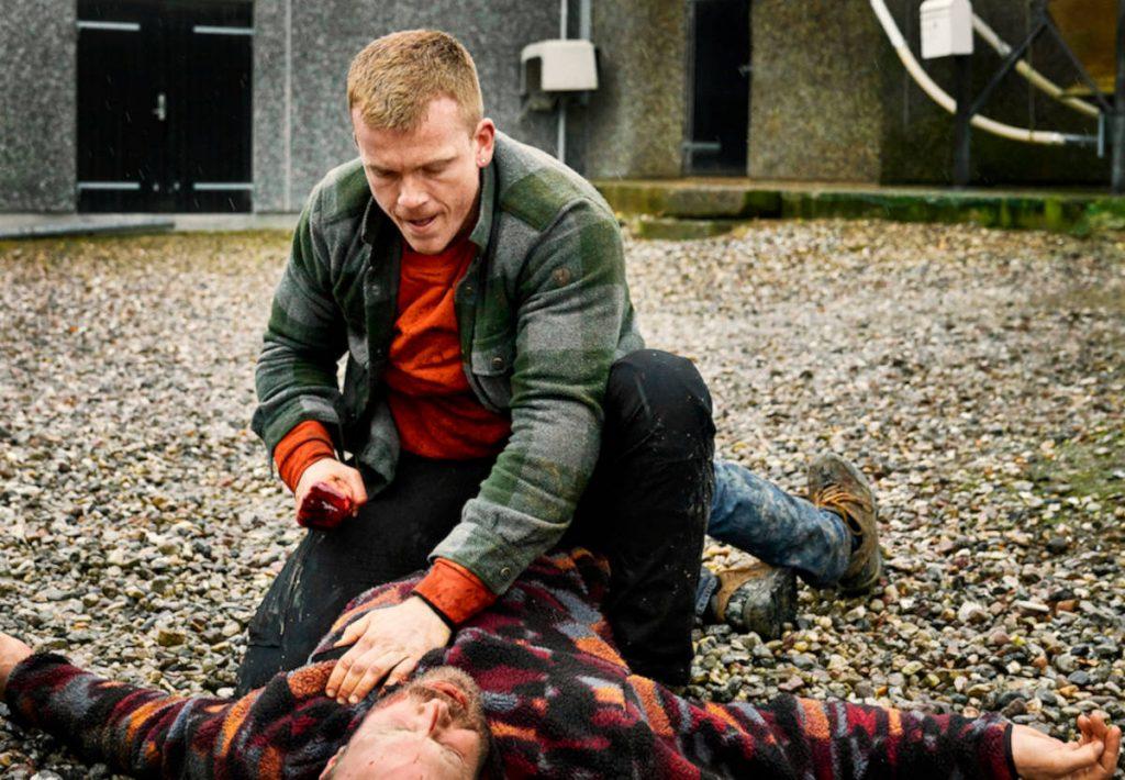 """Auf dem Szenenbild sieht man den Hauptcharakter der Serie """"Killing Mike, wie er auf Jemandem sitzt und auf diesen Jemand einprügelt."""