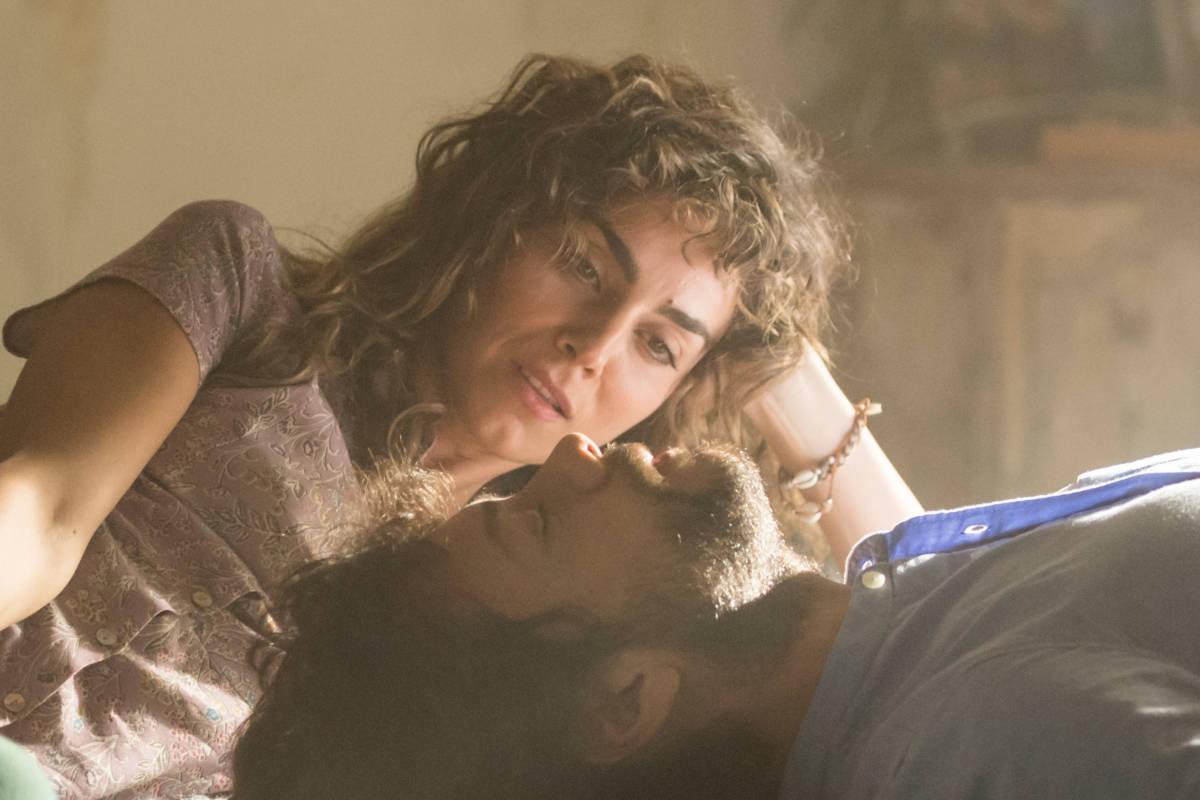 """Serienhit Álex Pina: bei diesem Szenenbild von """"The Pier"""" sieht man die beiden Hauptdarsteller Irene Arcos und Álvaro Morte entspannt auf dem Bett liegend."""