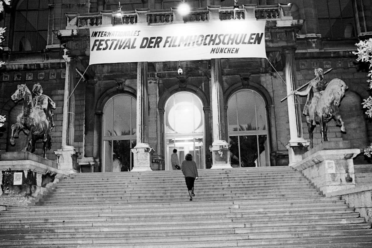 Das Bild zeigt den Eingang des Festivals der Filmhochschulen 1987.