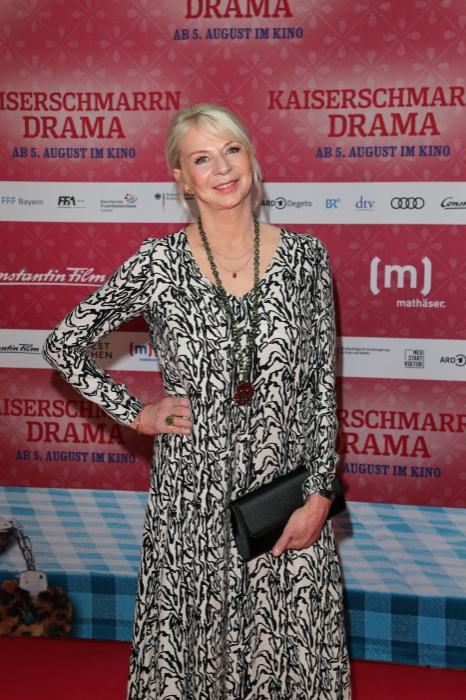 Rita Falk auf dem Roten Teppich zur Premiere von Kaiserschmarrndrama