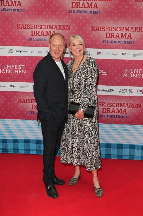 Simon Schwarz und Rita Falk auf dem rotten Teppich bei der Premiere zu Kaiserscharrndrama