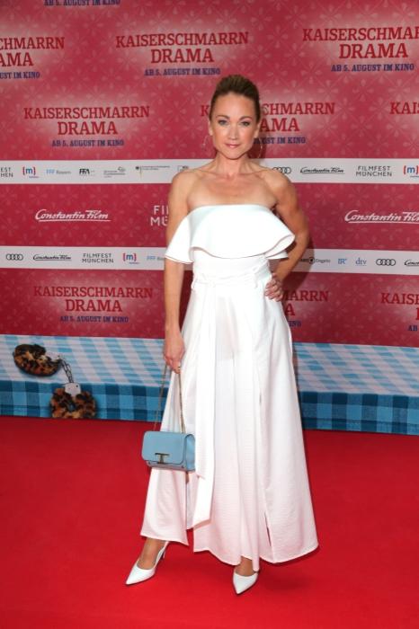 Lisa Maria Potthof dem rotten Teppich bei der Premiere zu Kaiserscharrndrama