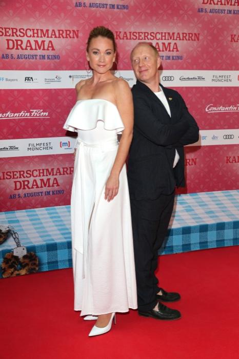 Lisa Maria Potthoff und Simon Schwarz Simon Schwarz und Rita Falk auf dem rotten Teppich bei der Premiere zu Kaiserscharrndrama