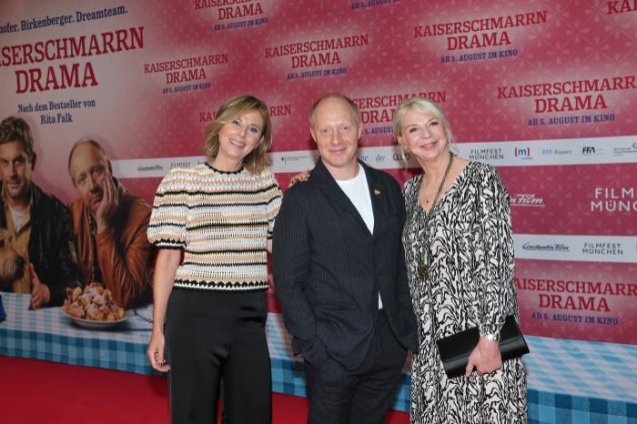 Kerstin Schmidbauer, Simon Schwarz und Rita Falk Simon Schwarz und Rita Falk auf dem rotten Teppich bei der Premiere zu Kaiserscharrndrama