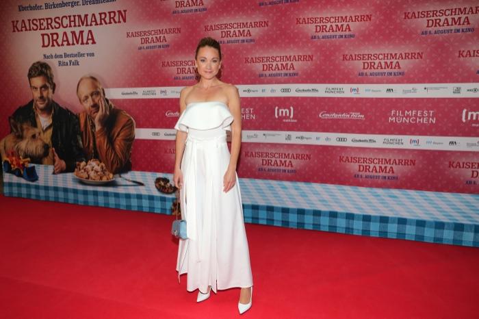 Kaiserschmarrndrama - Premierenfotos: Lisa Maria Potthoff präsentiert ein weißes langes Kleid auf dem roten Teppich