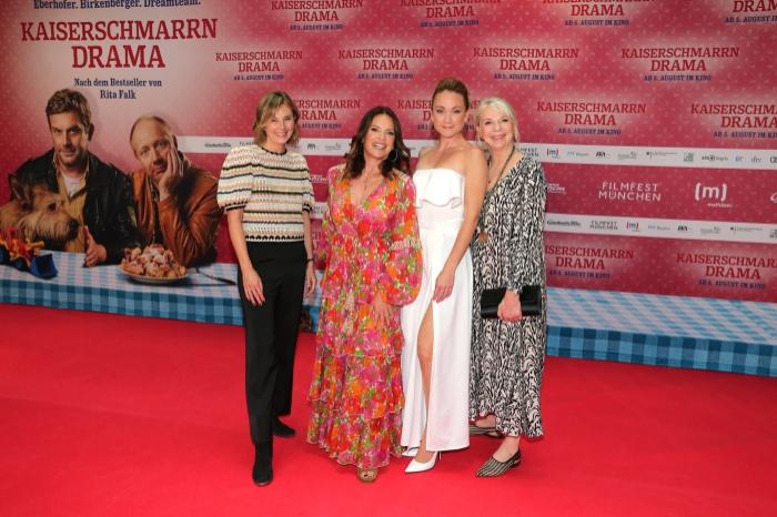 Kerstin Schmidbauer, Christine Neubauer, Lisa Maria Potthoff und Rita Falk auf dem rotten Teppich bei der Premiere zu Kaiserscharrndrama
