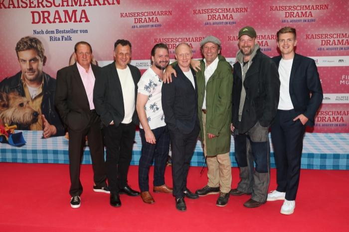 Thomas Kügel, Gerhard Wittmann, Daniel Christensen, Simon Schwarz, Max Schmidt, Stephan Zinner und Ferdinand Hofer auf dem roten Teppich