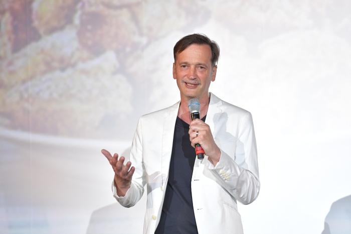 Ed Herzog hält eine Rede auf der Premiere zu Kaiserscharrndrama 2021