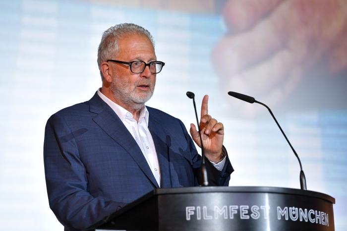 Martin Moszkowicz hält eine Rede zur Premiere von Kaiserschmarrndrama auf dem Filmfest München