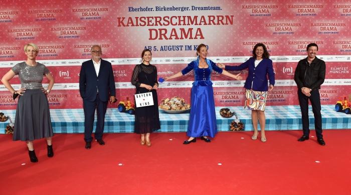 Katrin Habenschaden, Martin Moszkowicz, Judith Gerlach, Diana Iljine, Ilse Aigner und Oliver Berben zusammen auf dem roten Teppich zur Premiere von Kaiserscharrndrama 2021