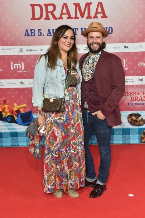 Saina Bayatpour und Manuel Cortez zeigen sich auf dem roten Teppich 2021