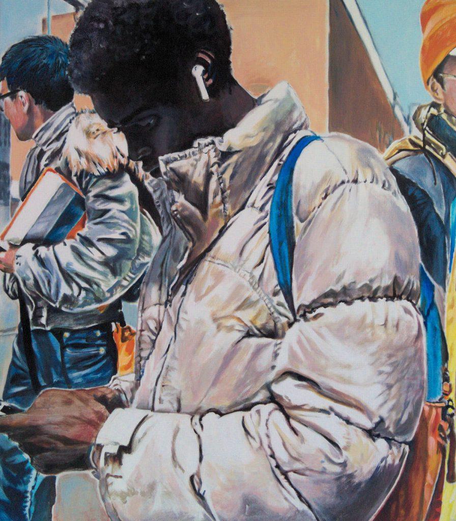 Kerstin Emrich zeigt in ihrem Kunstwerk einen jungen Londonner mit afrikanischen Wurzeln. Er trägt eine weiße Winterjacke, einen blauen Rucksack und einen weißen Iphon-Ohrstecker. Er schaut beschäftigt auf sein Mobiltelefon. Im Hintergrund sind weitere Passanten zu sehen.
