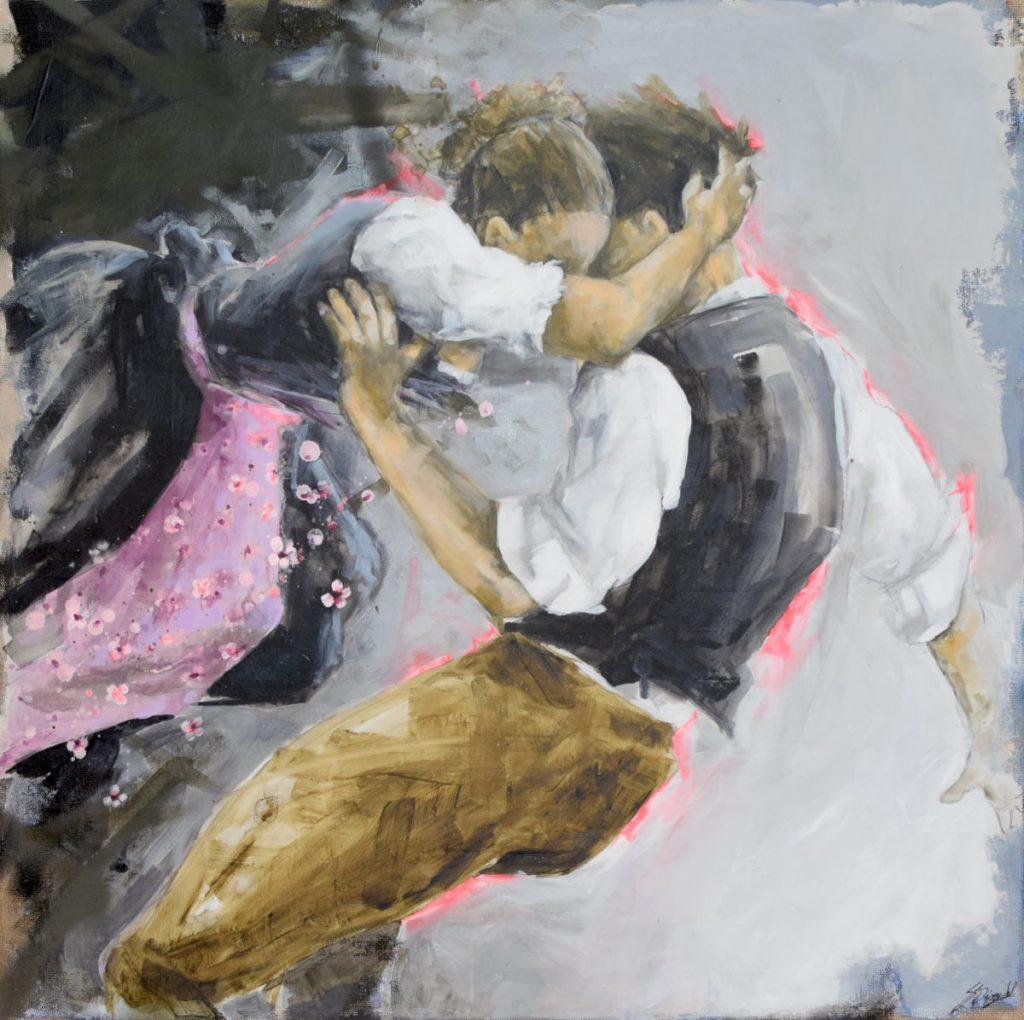 Das Gemälde von Stefanie Dirscherl zeigt zwei junge Oktoberfestbesucher*innen in Tracht. Die junge Frau zieht den jungen Mann mit der Arm am Hinterkopf zu sich hin und flüstert ihm etwas ins Ohr.