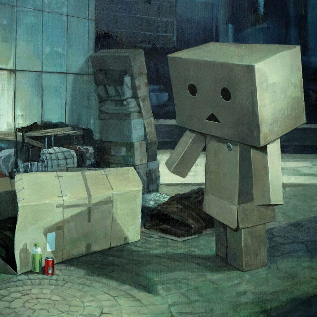 ARTMUC re:start - eine Sonderausstellung. Das Gemälde von Tobias Frank zeigt einen traurigen Karton in Menschengestallt in einem grauen Hinterhof. Die einzigen kräftigen Farben sind eine grüne Flasche und eine rote Coladose vor dem traurigen Karton