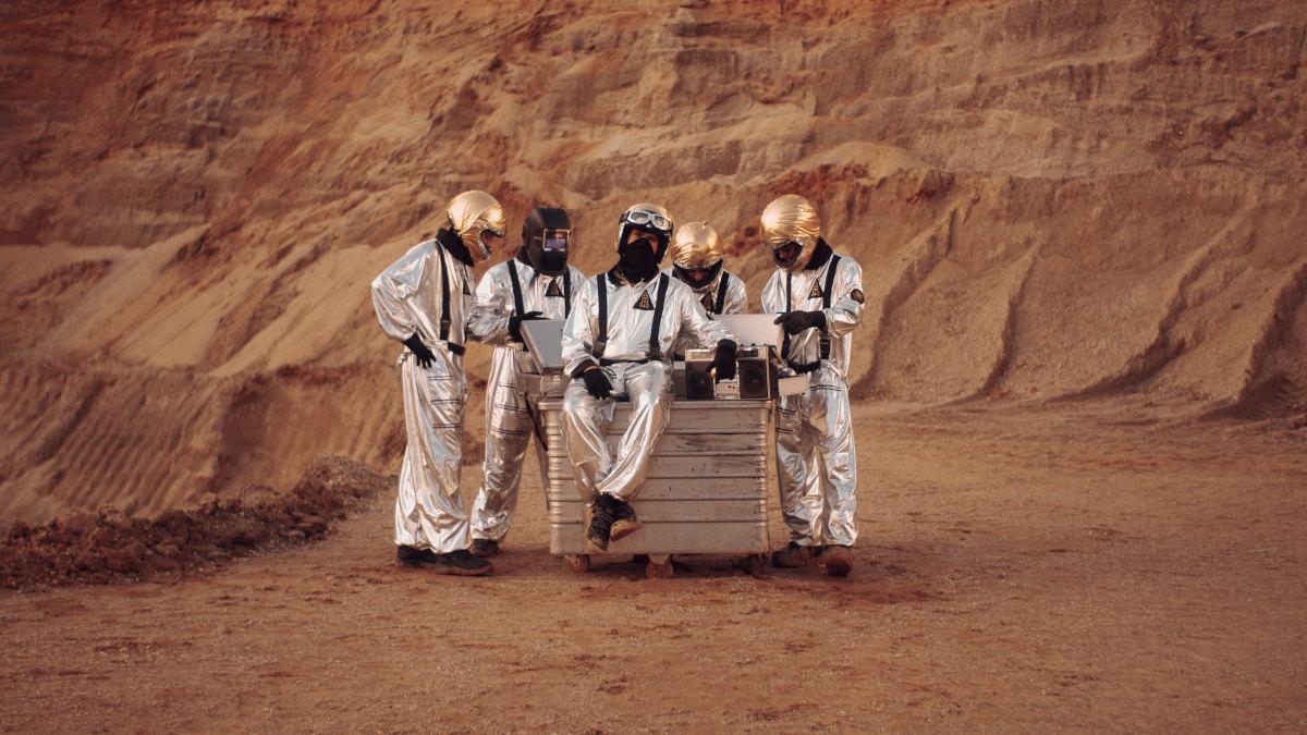 Brew Berrymore live - Die Band spielt Future Rock. Auf ihrem Pressebild sind sie daher in Raumanzügen in einer scheinbaren Marslandschaft zu sehen.